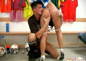 Lusty cheerleader seduces football player in the locker room